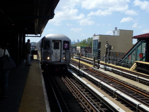 Roosevelt Ave/74 St Station