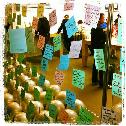 Post-it notes on the Apple store window in San Francisco in a dozen languages.