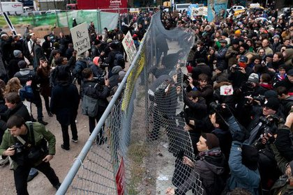 Protesters attempt to bend open the fence around Duarte Square