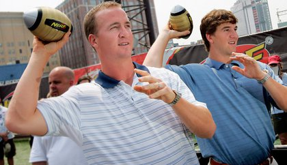 Brothers Peyton Manning (left) and Eli Manning (right) will exhibiting their identical throwing styles from opposite sides during the Pro Bowl.