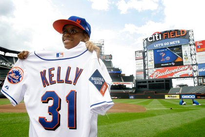 Davonte Kelly shows off his new Mets jersey
