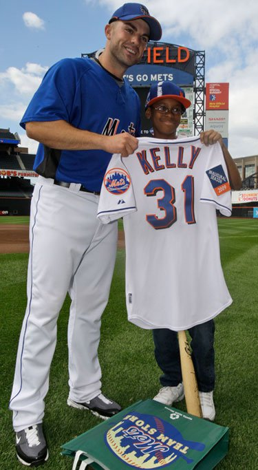 Davonte meets his favorite player, David Wright, who gives him a special number 31 jersey
