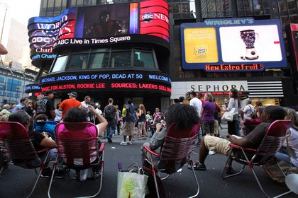 People in Times Square find out that Michael Jackson has died from the news ticker.