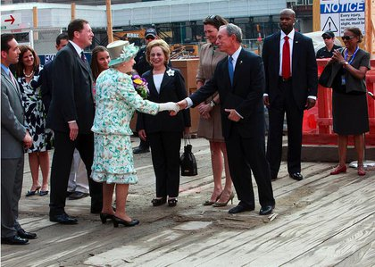Queen Elizabeth shakes Mayor Bloomberg's hand