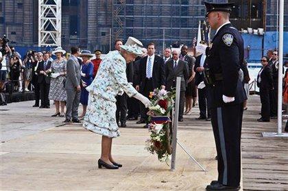 Queen Elizabeth lays a wreath at Ground Zero
