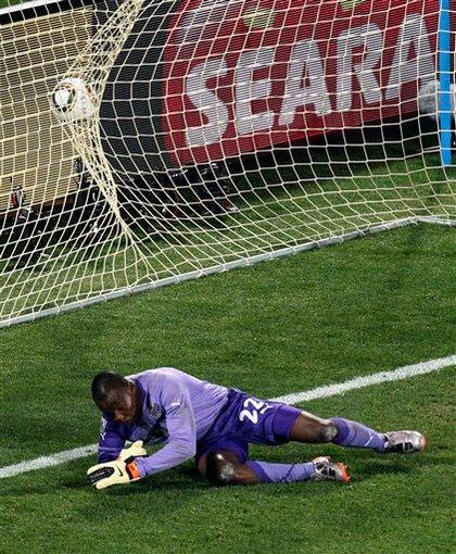 Ghanian goalie Richard Kingson misses the shot