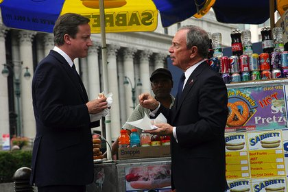 Bloomberg explains to Cameron the finer points of dirty dog eating