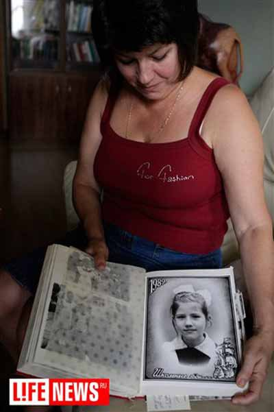 Irina Kushchenko, mother of accused spy Anna Chapman, with a childhood picture of Chapman
