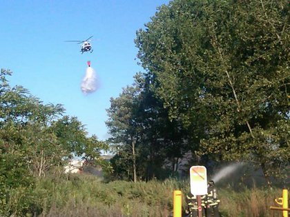 """""""Right now: #FDNY FFs from E-219 and @NYPDnews chopper fight SI #brushfire at Buffalo St & Hyland Blvd"""""""