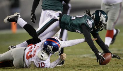 Asante Samuel recovers an Eli Manning fumble late in the 4th quarter.