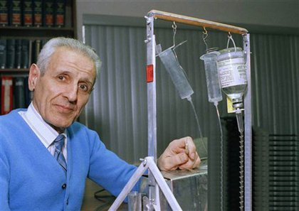 Kevorkian with his suicide machine in 1991