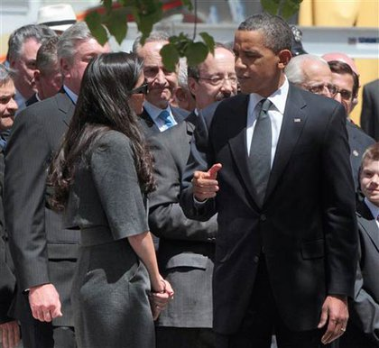 Obama speaks with others at Ground Zero