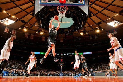 Kris Humphries goes for a dunk