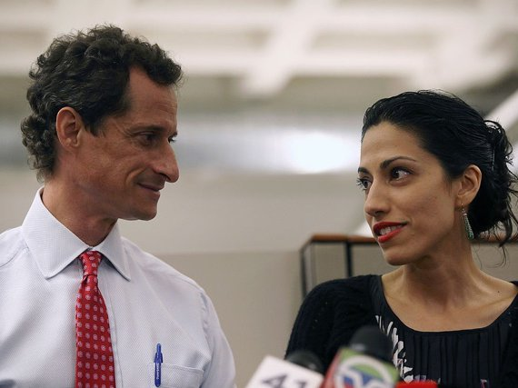 Anthony Weiner and Huma Abedin at the 2013 press conference where he confessed being Carlos Danger; she also mentioned problems in their marriage