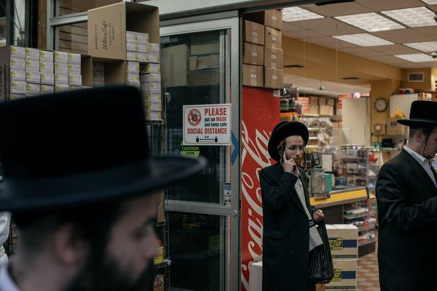 Orthodoxe Männer beim Einkaufen ohne Masken im Borough Park gesehen.