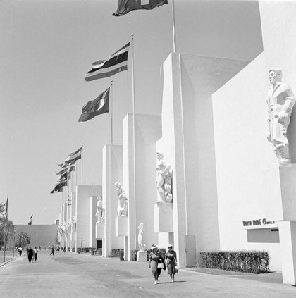 """World Trade Center pavilion at the 1939 World's Fair, Wurt Bros. <a href=""""http://collections.mcny.org/Collection/%5BWorld%20Trade%20Center,%20New%20York%20World's%20Fair.%5D-24UAKVVOCRS.html"""">Museum of the City of New York</a>, X2010.7.1.15496"""
