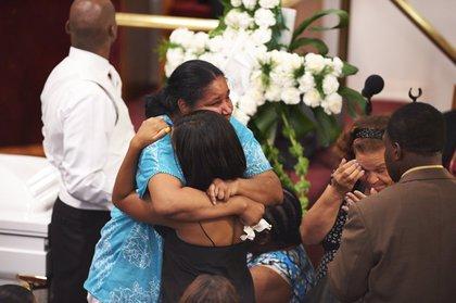 Eric Garner's wife, Esaw Garner, hugs another mourner<br/>