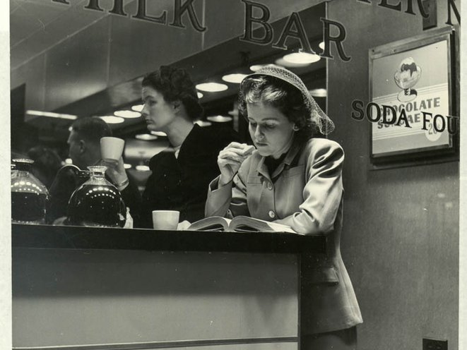 """Nina Leen, unpublished photograph from """"American Woman's Dilemma,"""" LIFE, June 16, 1947<br/>"""