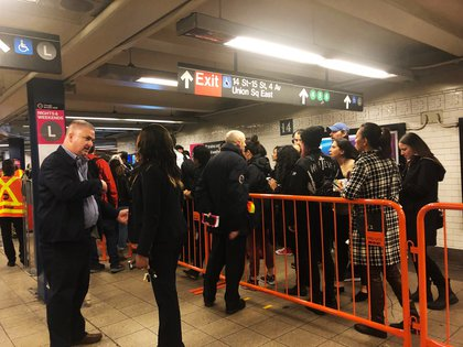 The queue from another angle; NYC Transit President Andy Byford is by the barricade, talking to customers. (Jake Offenhartz / Gothamist)