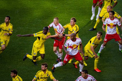 The Red Bulls defend on a Crew set piece
