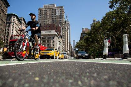 The newly-protected bike lane splits as 5th Avenue and Broadway cross in Manhattan's Flatiron neighborhood.</br>