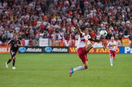 Tim Cahill tries to control the ball. (Rob Tringali/New York Red Bulls)