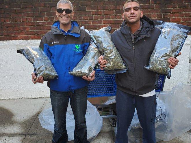 Les frères Levy posant avec leur chanvre après l'avoir ramassé à la hauteur du NYPD