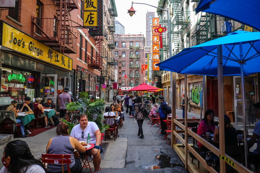 A photo of alfresco dinners in Chinatown