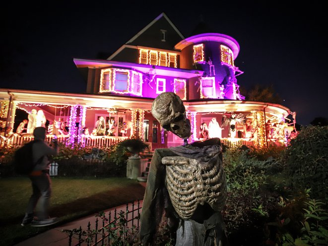 Photos The Most Impressive Halloween House In Brooklyn Is Extra