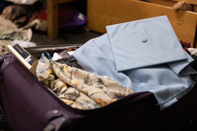 Выпускной колпачок и платье поверх багажа