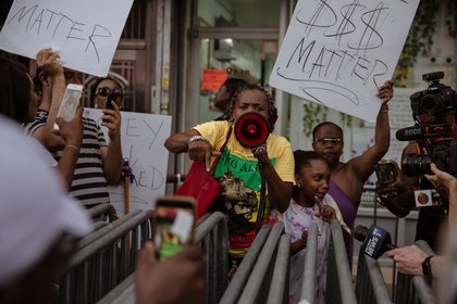 Protesters enraged by recent footage of nail salon employees assaulting black customers in Flatbush, Brooklyn, held a march and blocked another salon on Nostrand Avenue Tuesday night.<br>