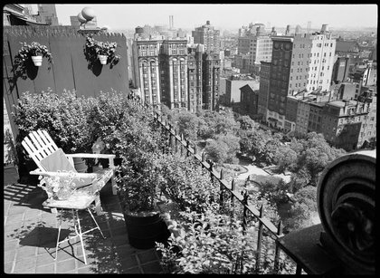 View of Gramercy Park from 60 Gramercy Park North. circa 1939. (X2010.7.1.17157)<br/>