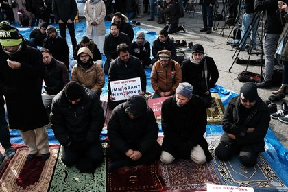 Muslim men pray at a prayer and demonstration at JFK airport to protest President Donald Trump's immigration ban, February 3, 2017 <br>
