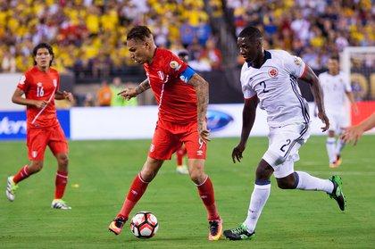 Peru's Paolo Guerrero (9) maneuvers against Colombia's Cristian Zapata (2).