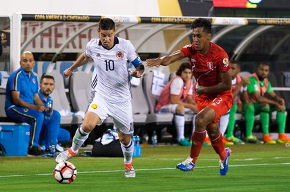 Colombia's James Rodriguez (10) takes on Peru's Renato Tapia during Los Cafeteros' 0-0 (4-2) victory over La Blanquirroja at MetLife Stadium on Friday.