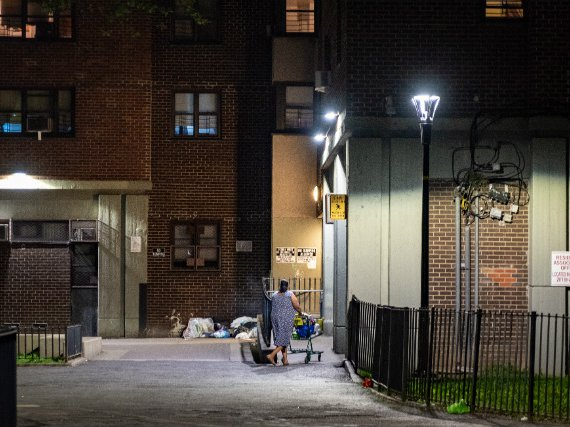 The mayor's office faces a January 31 deadline to resolve two federal disputes over NYCHA housing.