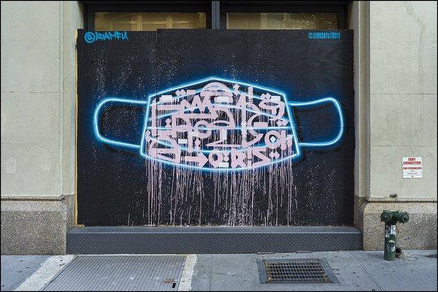 Un rendu d'art de rue d'un masque facial à New York.