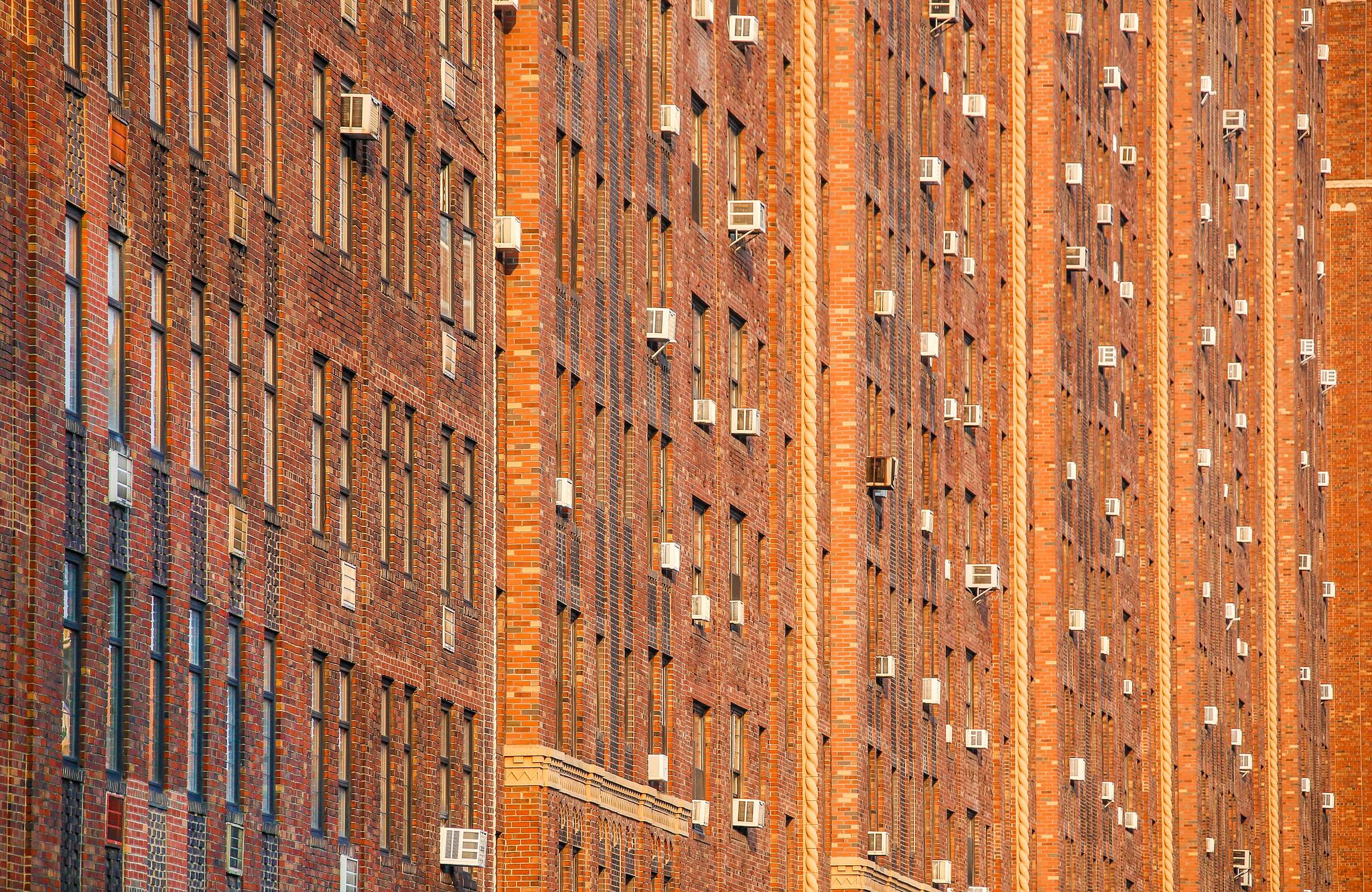 عکس ساختمان های آجری در نزدیکی هادسون یارد