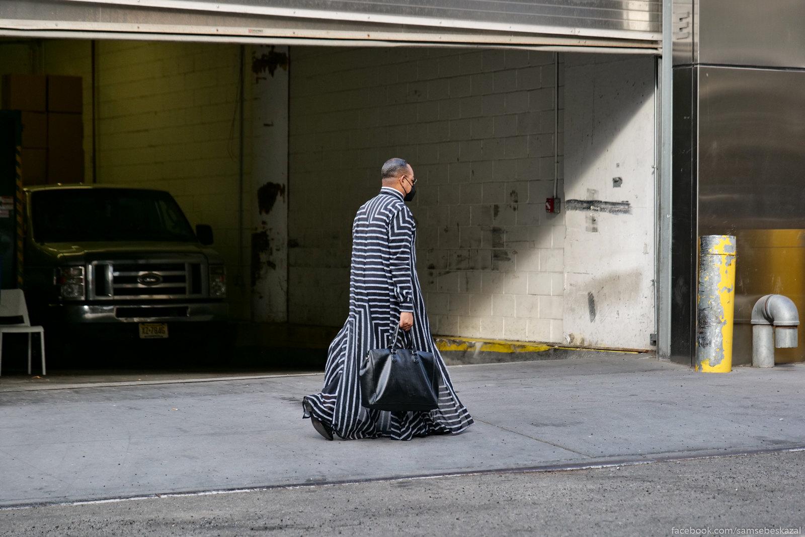 عکس مردی که در خیابان راه می رود