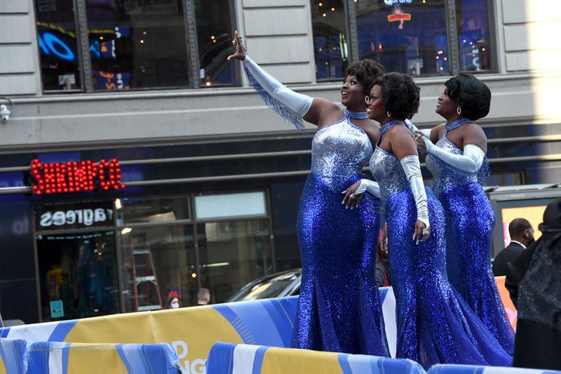 عکس گروهی از سه خواننده که در میدان تایمز سلفی می گیرند