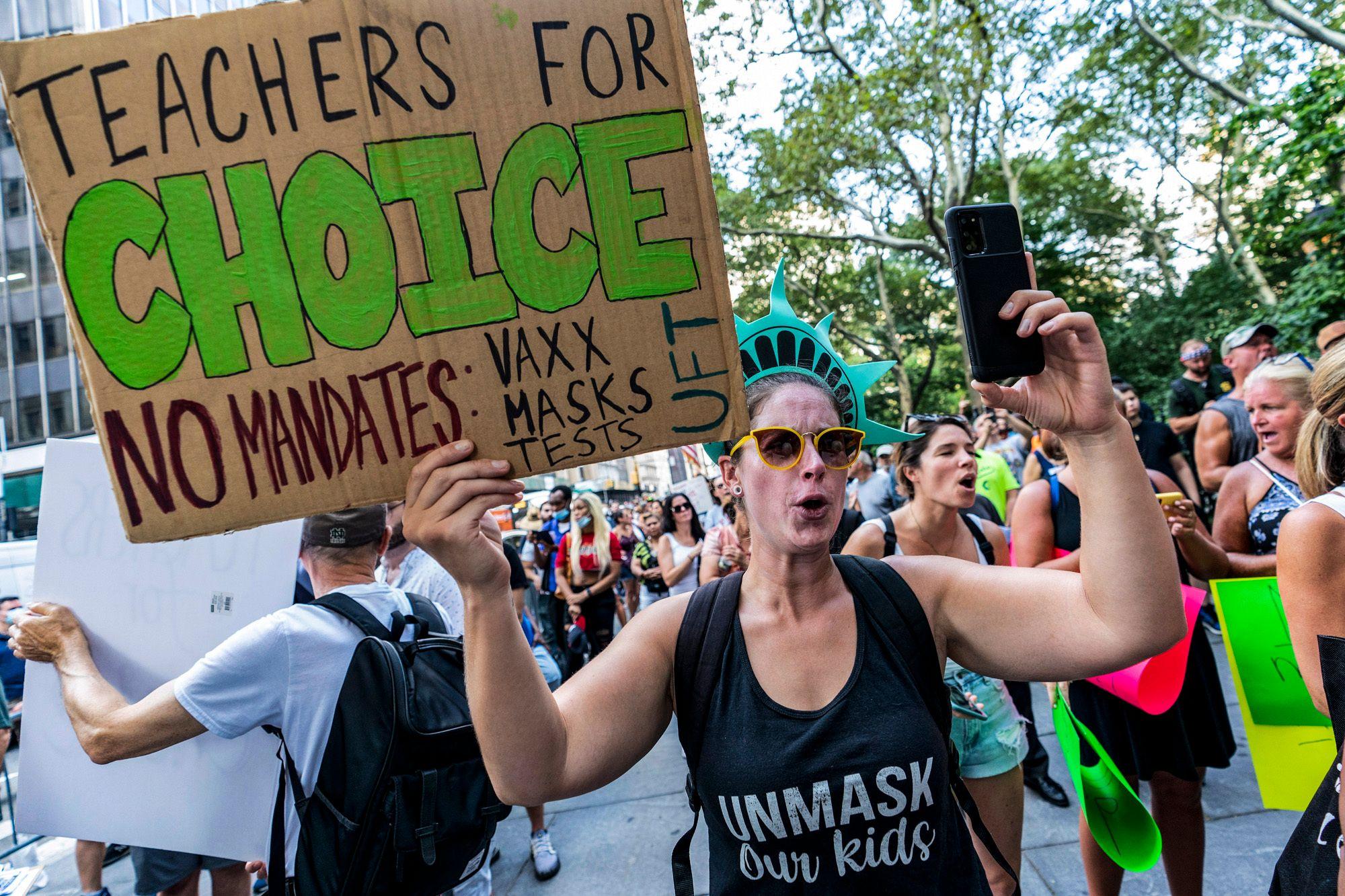 اعتراض معلمان به دستورات واکسیناسیون COVID-19 در نیویورک ، 25 آگوست 2021. سونیا سوتومایور ، قاضی دیوان عالی آمریکا درخواست تجدید نظر گروهی از معلمان را برای جلوگیری از دستور شهر نیویورک برای معلمان مدارس دولتی رد کرد.