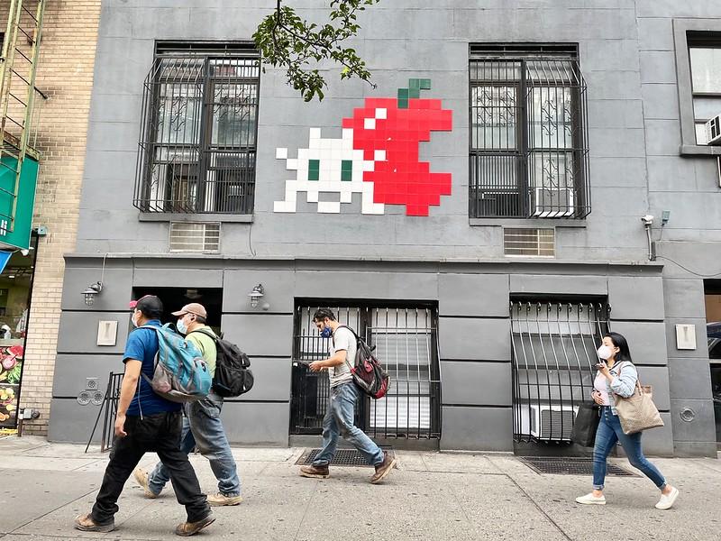نقاشی دیواری سیب پیکسلی روی ساختمان منهتن