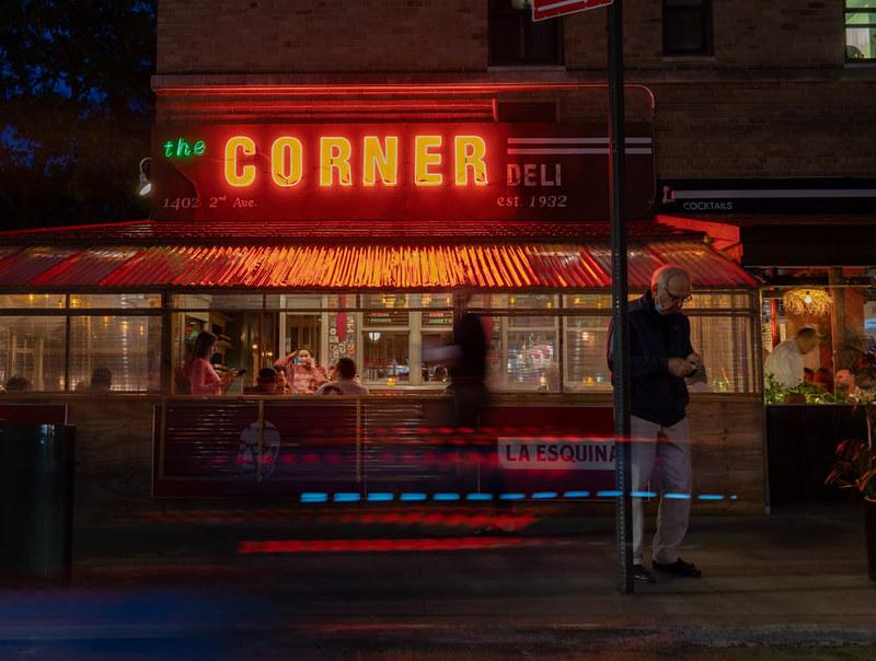 Deli Corner در شب