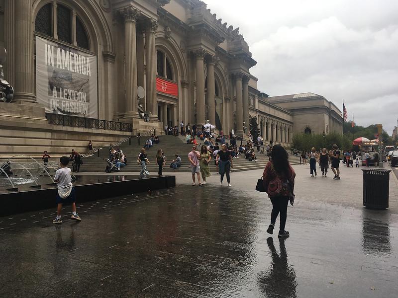 مردم در مقابل موزه هنر متروپولیتن بازی می کنند.