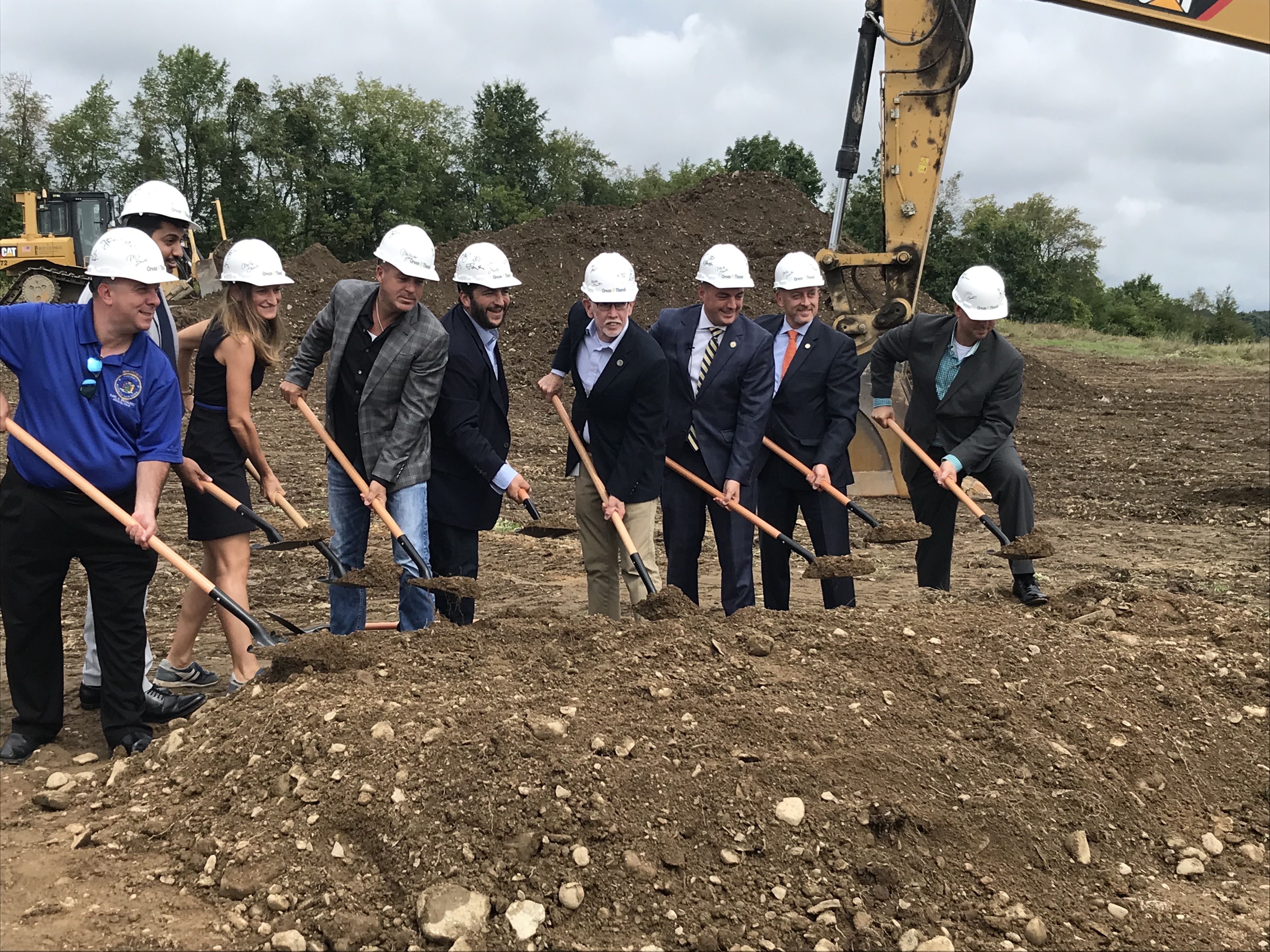 بن کولر ، مدیرعامل Green Tum (مرکز) ، در جریان یک برنامه عکس در رویداد نوآورانه این شرکت در وارویک ، نیویورک ، توسط مقامات منتخب و رهبران کار کنار آمد.