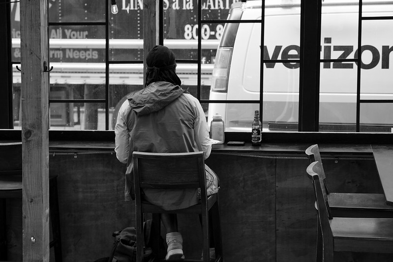 مردی با آبجو در رستوران تنها نشسته است